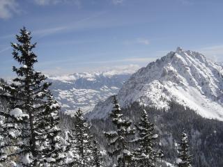 обои Зимние горы покрытые снeгами фото