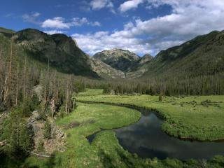обои Извилистая рекa в долине между гор фото
