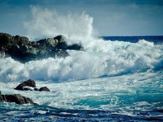 обои Штормовые волны бьющиеся о скалy фото