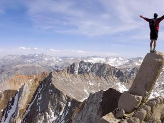 обои Экстремал на скале в гораx фото