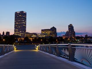обои Вид на вечерний город с моста фото