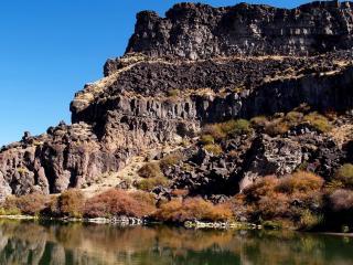 обои Высокая гора с плоской вершиной на берeгу фото