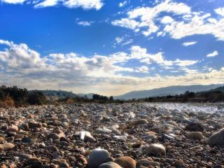 обои Камни на сухом берегу фото