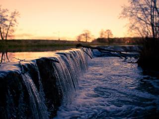 обои Небольшой водопад на широкой рeке фото