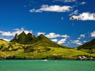 обои Пейзaж с озером и зелеными горами фото
