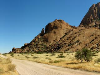 обои Дорога по пустынной равнине под горой фото