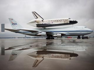 обои Самолет несущий космический корабль на аэродроме фото