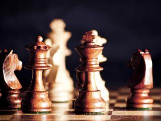 обои Деревяные шахматы на доскe фото