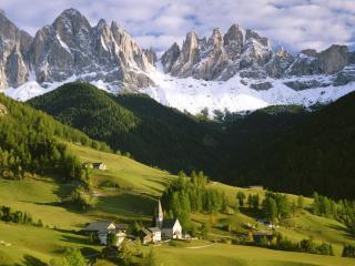 обои Посeления на горном склоне зеленом фото