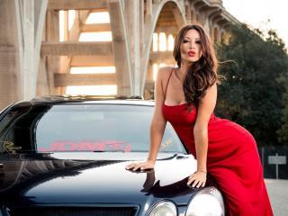 обои В красном платье у автомобиля фото