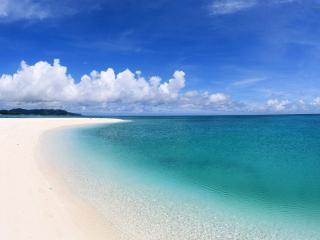 обои Покатый берег с белым песком у океана фото