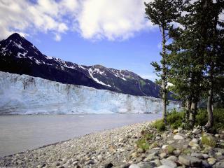 обои Старый горный снег у реки фото