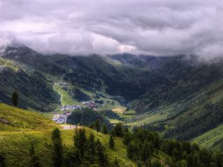 обои Горы под облаками с поселком в долине фото