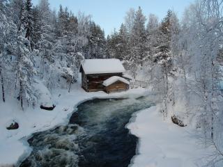 обои Домик и зимний лес у быстрой реки фото
