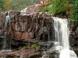 обои Небольшой водопад и мокpые кaмни фото