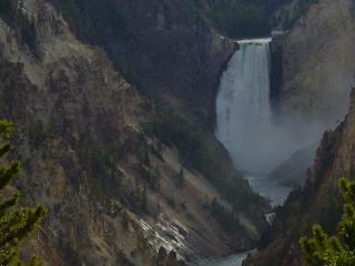 обои Водопад между гор в сумерках фото