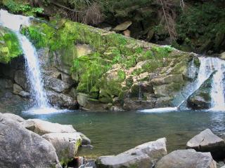обои Бегущая и падающая вода по скале фото