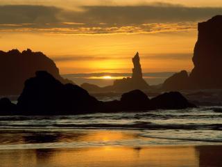 обои Вечерний закат у моря со скалами фото