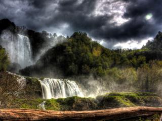 обои Водопады двух уровней под пасмурным небом фото