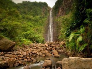 обои Высокий водопад и насыпь камней в реке фото