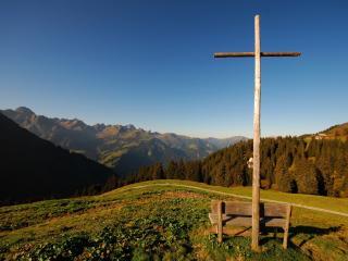 обои Крест и лавочка на холме фото
