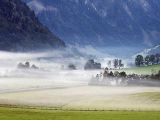 обои Поля в тумане под горой фото