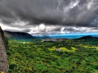 обои Широкий пейзаж под горами у моря фото