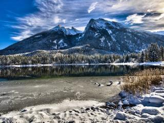 обои Незамерзшеe озеро зимой фото