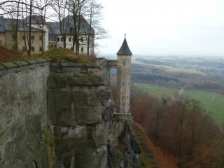 обои Высокая крепость на горе фото
