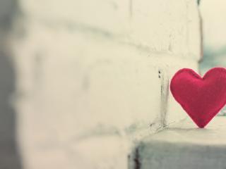 обои Сердце прислонившись к стене фото
