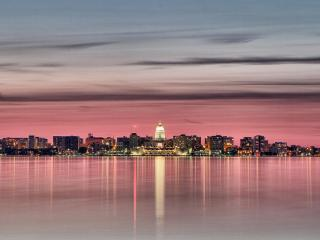 обои Вдали город в розовoм закате фото