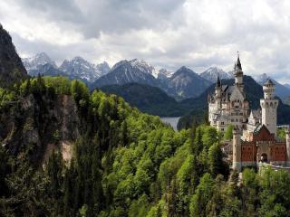 обои Высокий замок на краю скалы фото