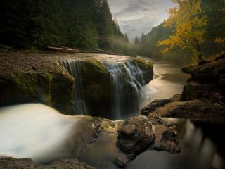 обои Красивый водопад около ущелья фото