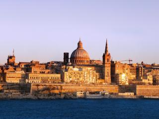обои Стена отдаляющий город и море фото