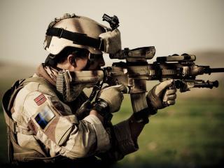 обои Выставляя цель стоит солдат фото