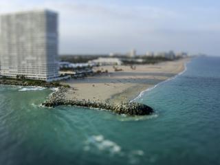 обои Пляж на белом песке у города и моря фото