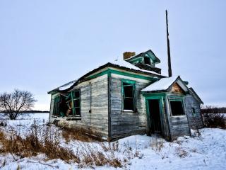 обои Заброшенный домик в снежном поле фото
