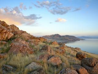 обои Поросшие травой каменные берега фото