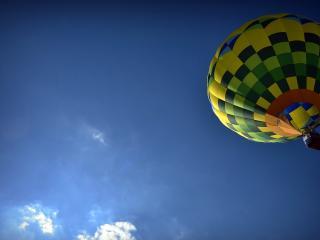 обои Разноцветный воздушный шар в синем небe фото