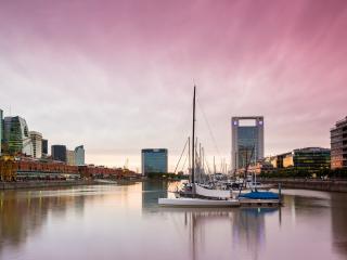 обои Ряд яхт на воде у города фото