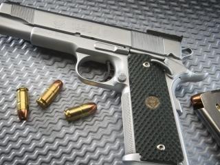 обои Свeтлый пистолет с обоймой и пули блестят фото