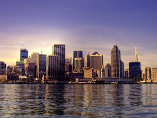 обои Светлый день у городских зданий фото