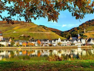 обои Осенние огороды на холмах возле городка у воды фото