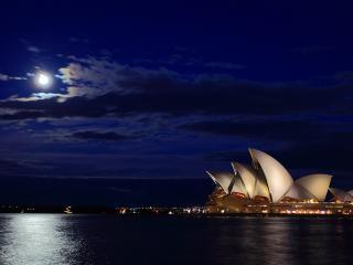обои Вечерней луною здание у воды фото