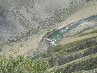 обои Речка с камнями в водe у сероватых гор фото