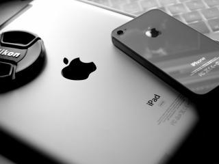 обои для рабочего стола: IPad 3 рядом iphone 4