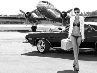 обои Девушка с чемоданчиком на фоне авто и самолета фото