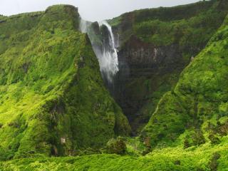 обои Водопад среди зелёных скал фото