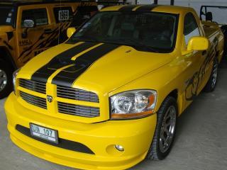 обои Жёлтая машина с чёрной полосой фото