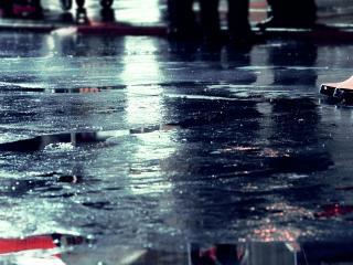обои Лужи на дороге и ноги в резиновых сапогаx фото